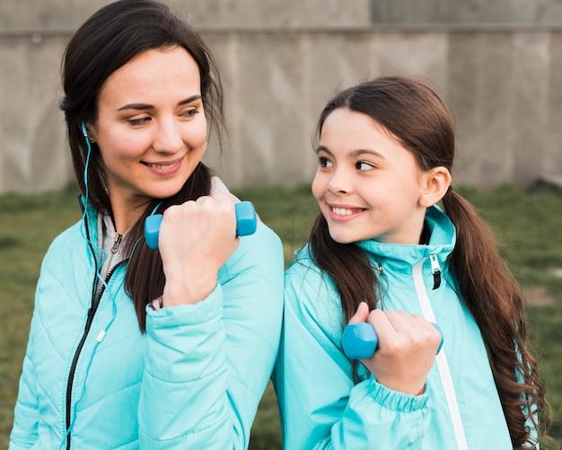 Мать и дочь тренируются на улице