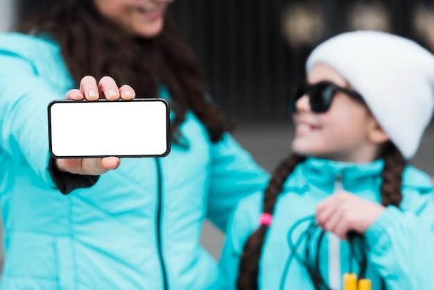 Макро мать и дочь с мобильного телефона