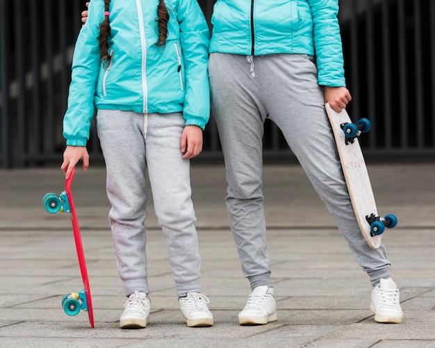 Мама и дочь крупным планом со скейтбордом