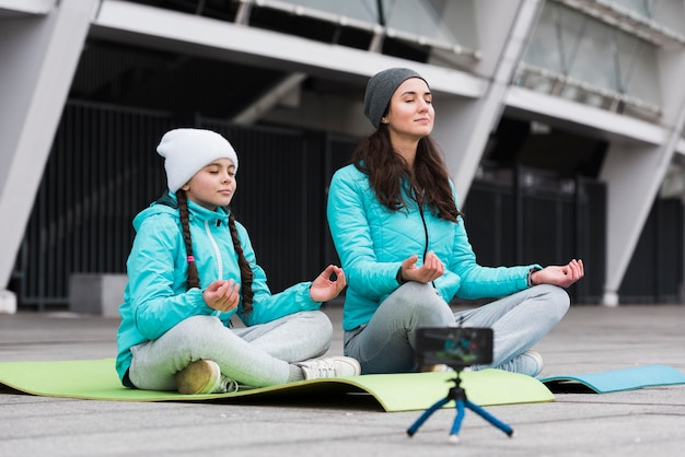 瞑想する母と娘