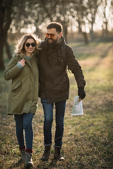 自然の中でフルショットの幸せなカップル
