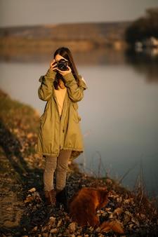 写真を撮るフルショットの女性