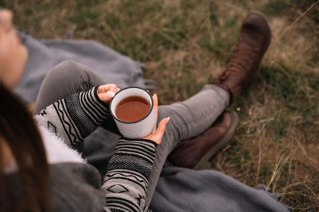 Крупным планом женщина держит чашку кофе