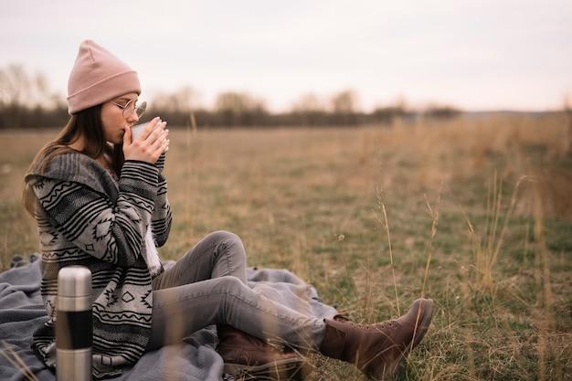 Полный выстрел женщина пьет кофе