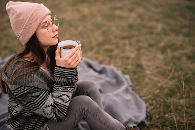 Средний выстрел женщина держит чашку кофе