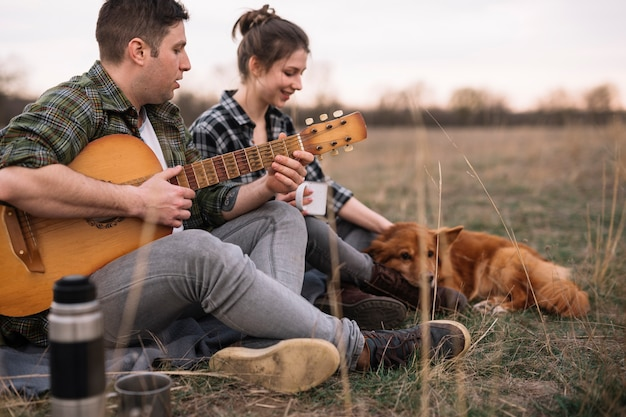 Пара с гитарой и домашним животным