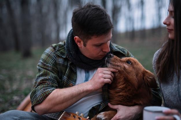 犬を愛するクローズアップカップル