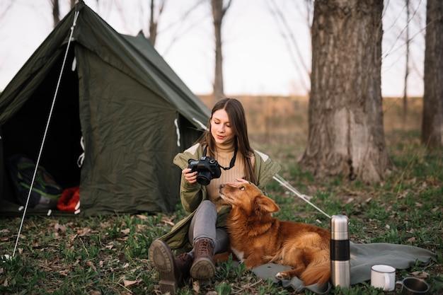 テントの近くに座っている女性