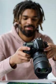 Средний снимок парень с фотоаппаратом