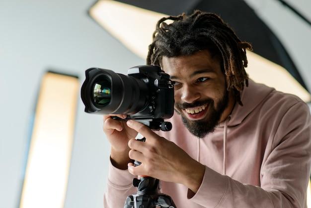 Счастливый фотограф работает