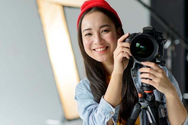 Улыбающийся фотограф с фотоаппаратом
