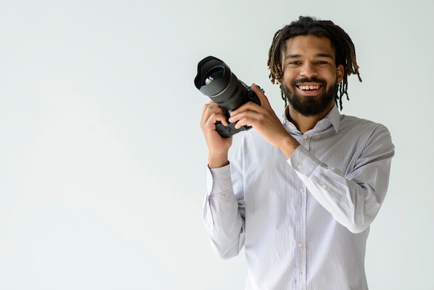 Человек работает фотографом