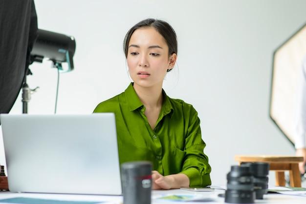 Средний выстрел женщина работает на ноутбуке