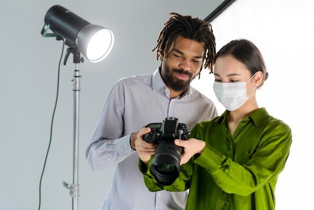 カメラと医療マスクを持つ人々
