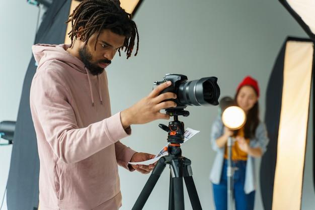 Человек смотрит на свою камеру