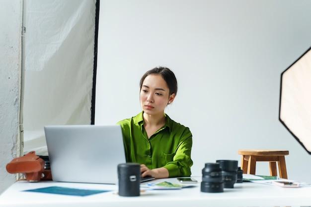 Женщина работает на своем ноутбуке