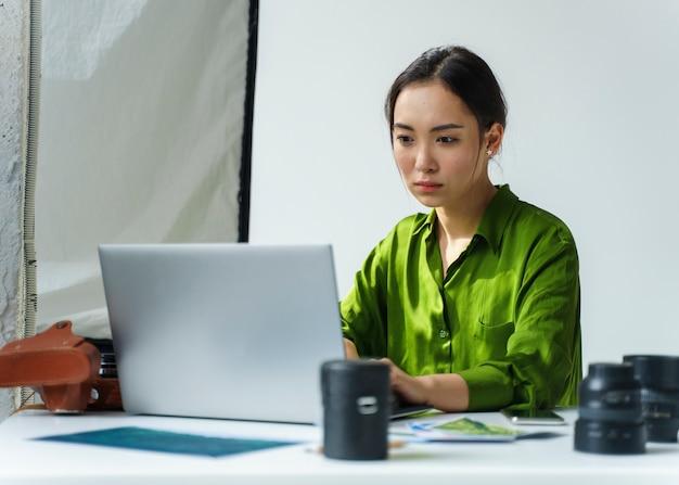 Сосредоточенная женщина работает на ноутбуке