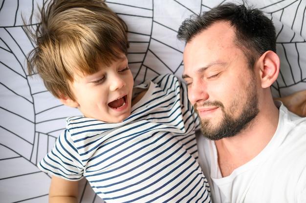 クローズアップの父と息子のベッドで
