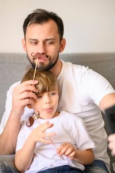 Отец и сын, принимая селфи вместе