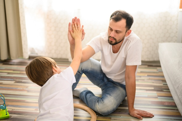 Средний выстрел отец и сын высокие пять