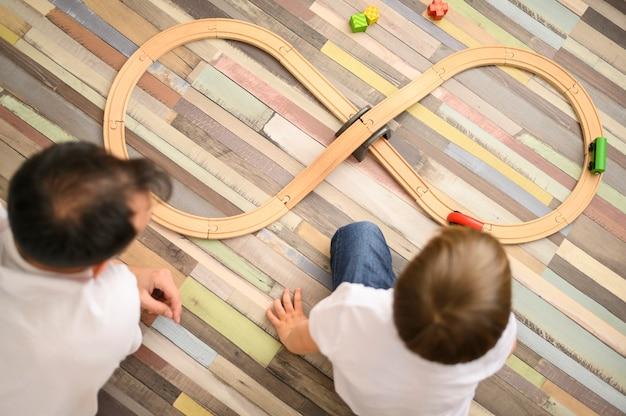 Отец и сын играют с игрушками