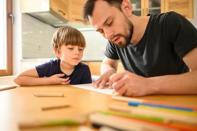 Сын наблюдает, как отец рисует