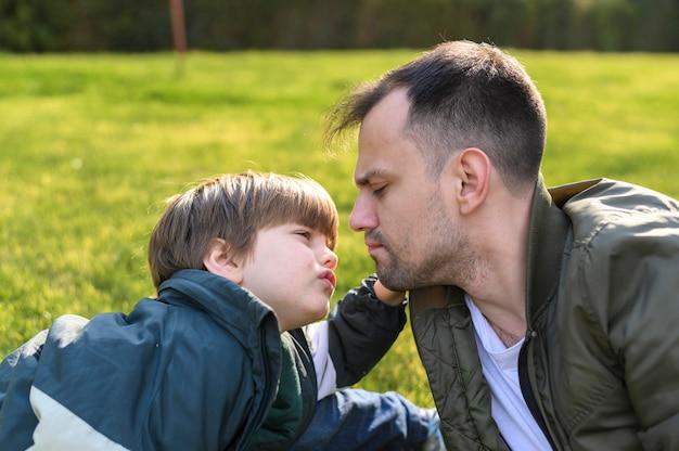 Макро отец и сын на открытом воздухе