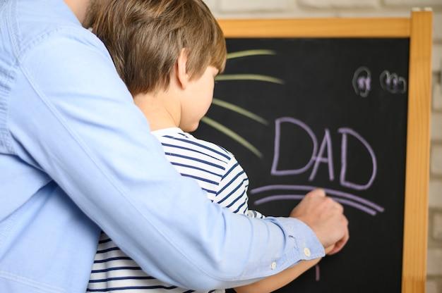 Отец и сын, рисование крупным планом