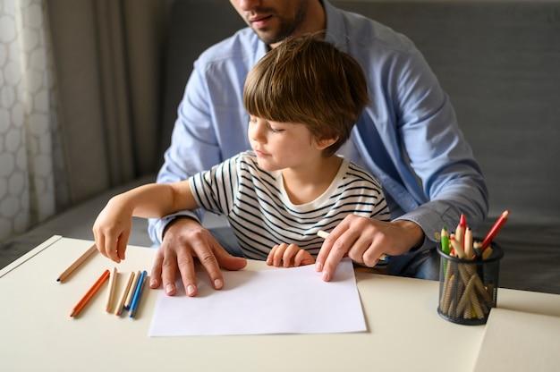 クローズアップの父と息子の鉛筆