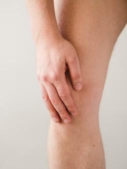 膝の痛みのクローズアップ患者