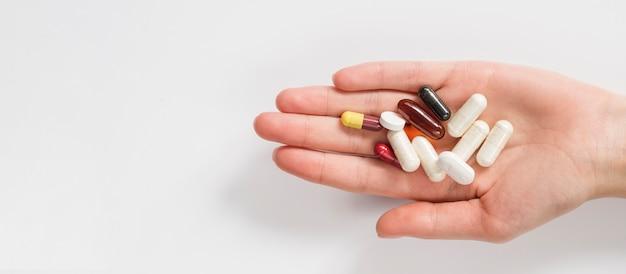 Крупным планом рука таблетки