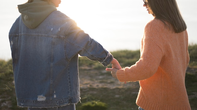 屋外で手を繋いでいる親友