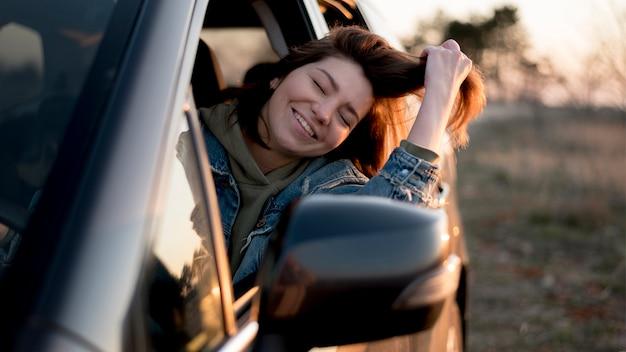 車の正面に座っている女性