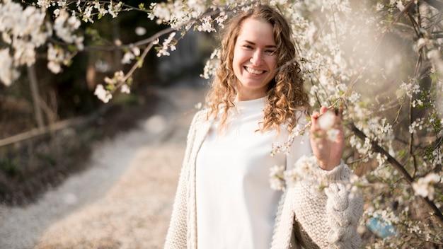 スマイリーの女の子と花と枝