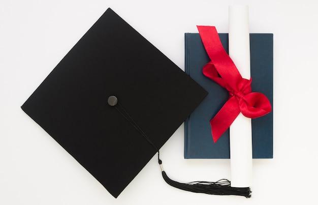 Праздничный выпускной вид сверху с академической крышкой