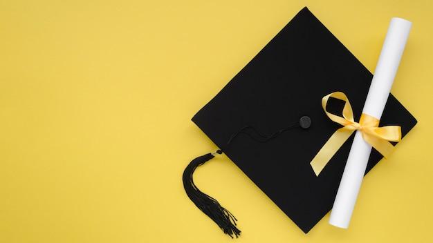 アカデミックキャップ付きのお祝い卒業作文