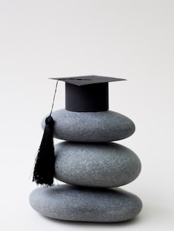 卒業の帽子と岩の山