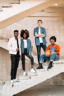 Группа подростков позирует вместе