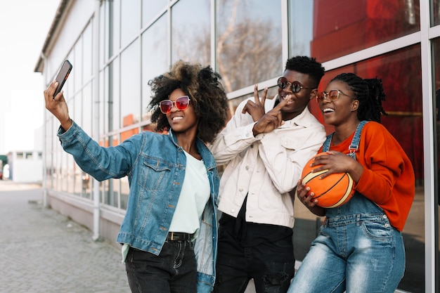 Группа счастливых подростков, принимающих селфи