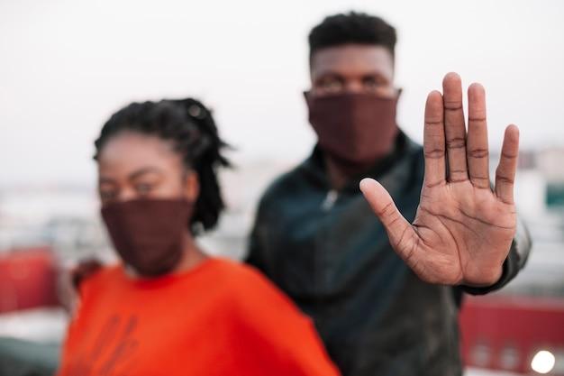 若い男の子と女の子のフェイスマスクを着用