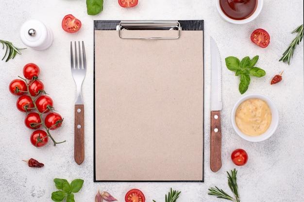 カトラリーと食材を使用したクリップボード
