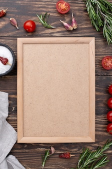 Рамка из здоровых ингредиентов на столе