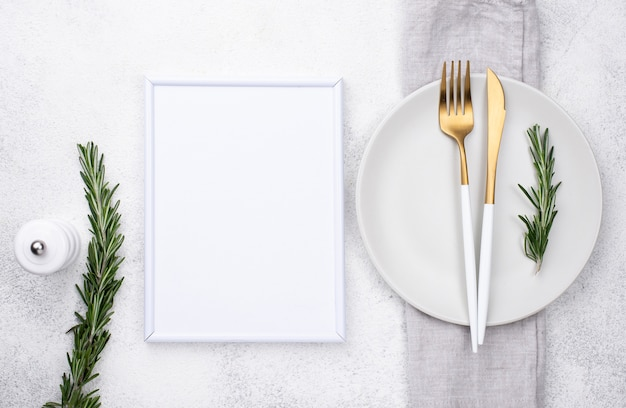 Тарелка со столовыми приборами и рамой