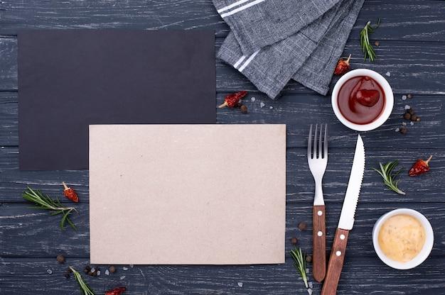 Чистый лист бумаги со столовыми приборами