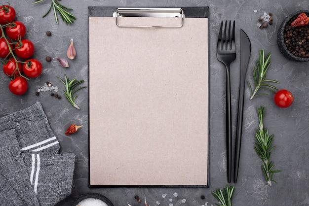 クリップボードの横にあるトップビューの新鮮な野菜