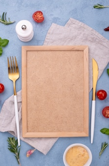 Вид сверху ингредиенты и рамка на столе