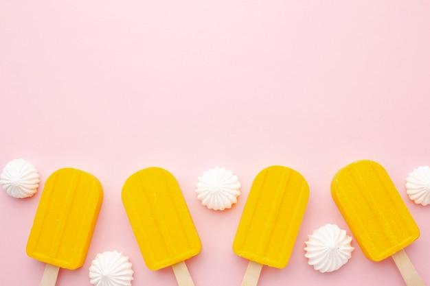 スティック上のコピースペースのアイスクリーム