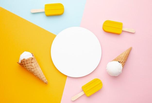 横にアイスクリームのプレート