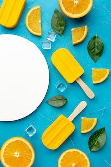 Тарелка с мороженым апельсиновым вкусом