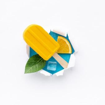 Вид сверху миска с мороженым с кубиками